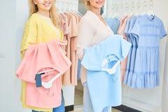 Due ragazze con dentro un negozio di vestiti Fotografie Stock