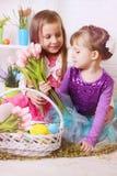 Due ragazze con i canestri di Pasqua immagini stock libere da diritti