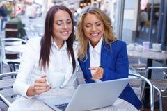 Due ragazze con il computer portatile Immagini Stock Libere da Diritti