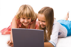 Due ragazze con il computer portatile Immagine Stock