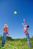 Due ragazze con la sfera Fotografia Stock Libera da Diritti