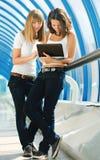 Due ragazze con un calcolatore Fotografia Stock Libera da Diritti