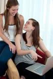 Due ragazze con una cima del rivestimento. Fotografia Stock Libera da Diritti