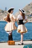Due ragazze in costumi del pirata sulla barca Fotografie Stock