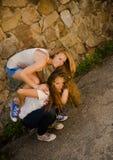 Due ragazze Crasy andante immagine stock libera da diritti