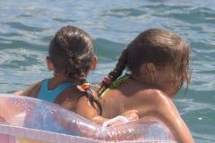 Due ragazze del bagno dell'adolescente in un mare (11) Fotografie Stock Libere da Diritti