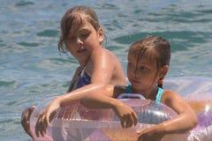 Due ragazze del bagno dell'adolescente in un mare (8) Immagine Stock