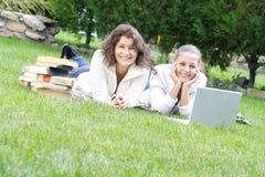 Due ragazze dell'allievo sulla natura Fotografia Stock Libera da Diritti