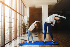 Due ragazze delle età differenti che fanno yoga Fotografia Stock Libera da Diritti