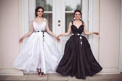 Due ragazze dello smilyng in bianco e nero fotografia stock