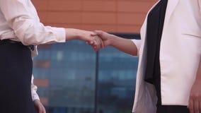 Due ragazze di affari stringono le mani Movimento lento stock footage