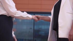 Due ragazze di affari stringono le mani Movimento lento HD stock footage