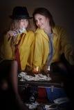 Due ragazze di bellezza in camice dell'uomo giallo Fotografia Stock Libera da Diritti