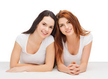 Due ragazze di risata in magliette bianche Fotografie Stock