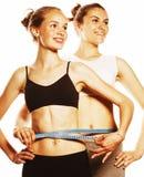 Due ragazze di sport che si misurano hanno isolato su bianco Fotografia Stock Libera da Diritti
