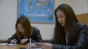 Due ragazze di uno studente della corsa asiatica nell'aula archivi video