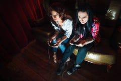Due ragazze dipendenti al video gioco, problemi Fotografia Stock Libera da Diritti