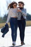 Due ragazze divertendosi con gli smartphones Immagine Stock Libera da Diritti
