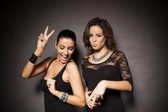Due ragazze facili eleganti Fotografia Stock