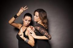 Due ragazze facili eleganti Fotografie Stock