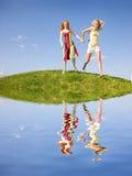 Due ragazze felici che fuggono su un prato Fotografia Stock