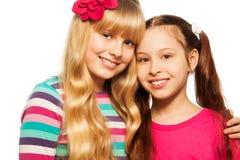 Due ragazze felici del banco immagini stock