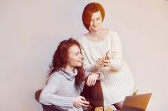 Due ragazze felici in pulovers di inverno Fotografie Stock Libere da Diritti