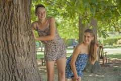 Due ragazze in foresta Fotografie Stock Libere da Diritti