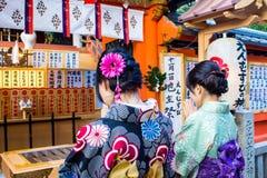 Due ragazze giapponesi hanno vestito lo spirito Fotografia Stock Libera da Diritti