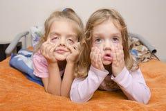 Due ragazze hanno tirato i fronti terribili fotografia stock