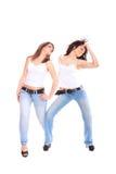Due ragazze in jeans e maglietta bianca Fotografie Stock Libere da Diritti