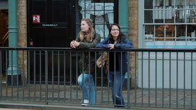 Due ragazze a Londra - città che fanno un giro turistico archivi video
