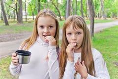 Due ragazze mangianti sveglie Immagine Stock Libera da Diritti