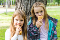 Due ragazze mangianti sveglie Fotografia Stock Libera da Diritti
