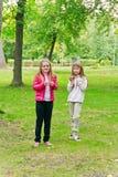 Due ragazze mangianti sveglie Immagini Stock Libere da Diritti