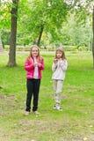 Due ragazze mangianti sveglie Fotografia Stock