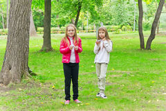 Due ragazze mangianti sveglie Fotografie Stock Libere da Diritti