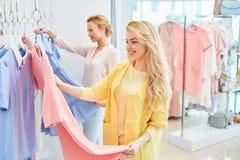 Due ragazze in negozio di vestiti Fotografia Stock