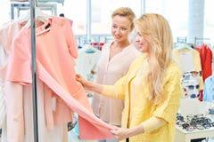 Due ragazze in negozio di vestiti Immagine Stock