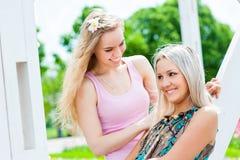 Due ragazze nel parco Fotografia Stock Libera da Diritti