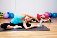 Due ragazze nel randello dei fitnes Fotografia Stock