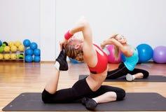 Due ragazze nel randello dei fitnes Fotografia Stock Libera da Diritti
