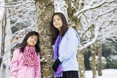 Due ragazze nella scena di inverno Fotografie Stock Libere da Diritti