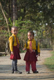 Due ragazze nepalesi che vanno alla scuola privata Immagine Stock