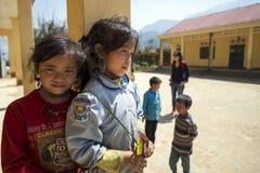 Due ragazze non identificate del villaggio ed i suoi amici che aspettano classe Fotografia Stock