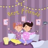 Due ragazze in pigiami che fanno selfie mentre sedendosi sul letto, bambini in pigiami al pigiama party Vettore dei migliori amic Immagini Stock Libere da Diritti