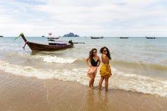 Due ragazze posano sulla riva della spiaggia di Krabi fotografie stock