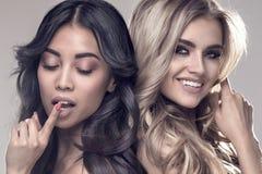 Due ragazze sensuali che posano insieme Fotografie Stock