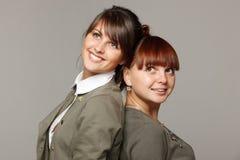 Due ragazze sorridenti che osservano in su Fotografia Stock Libera da Diritti