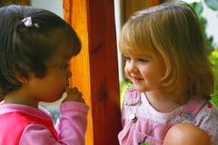 Due ragazze stanno comunicando Fotografie Stock